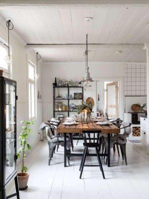 Vanhan maalaistalon ruokapöydässä